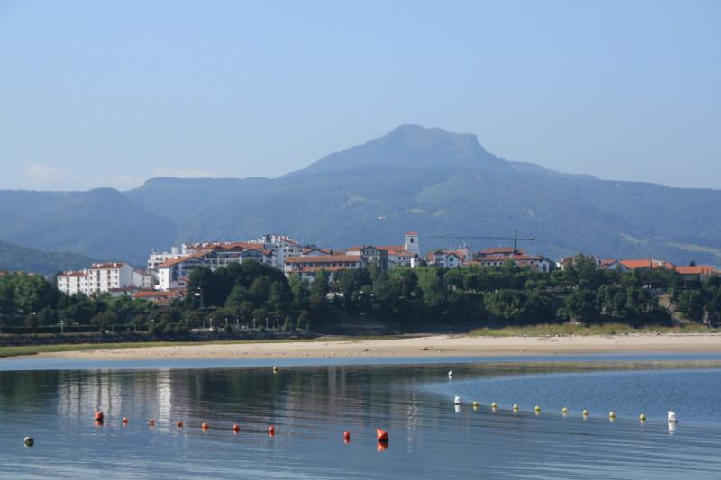 Peñas de Aia desde la bahía de Txingudi (Euskadi)