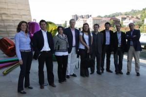 Algunos de los asistentes en el patio del Museo Guggenheim